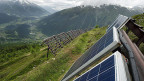 Solarpanels auf Lawinenverbauungen bei Bellwald im Wallis.