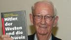 Der Historiker Walther Hofer präsentiert sein Buch, am 31. Oktober 2001 in Bern.