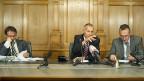 Am Ende der Nachtsitzung der ständerätlichen Wirtschaftskommission: Präsident Konrad Graber (Mitte) verkündet den Medien das Ergebnis - ein Nein zur «Lex USA».