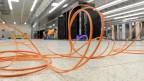Die Mehrheit der 50 grössten Schweizer Unternehmen kennt ihren jährlichen Strombedarf gar nicht und hat auch keine Pläne, das ändern. Techniker beim Installieren eines Super-Computers. Symbolbild.
