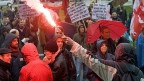 Pyros an einer Demonstration in Genf gegen den G20-Gipfel 2009. Das Bundesgericht hat das neue, verschöärfte Demonstrationsrecht des Kantons Genf nur zum Teil gutgeheissen.