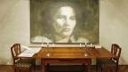Ein Richtertisch und ein - nicht authentisches - Portrait von Anna Göldi im Anna Göldi-Museum in Mollis.