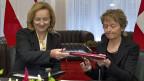 Am Freitag, 13. März 2012 unterzeichneten Finanministerin Eveline Widmer-Schlumpf, rechts, und die österreichische Finanzministerin Maria Fekter ein Quellensteuerabkommen; seit Januar 2013 ist es in Kraft.