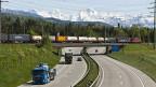 Drei Viertel der Güter in der Schweiz werden mit Lastwagen transportiert, nur ein Viertel mit der Bahn.