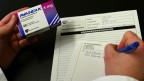 Müssen wir heikle Patientendaten schützen oder fürs Gemeinwohl freigeben?  Bild: Ein Arzt verschreibt ein Diabethesmittel.