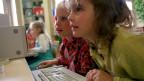 Die digitale Welt braucht mehr Platz in den Schulstuben und ist so wichtig geworden wie rechnen, schreiben, lesen. Zwei Schülerinnen des Versuches «Schulprojekt 21» finden das Lernen am Computer offensichtlich äusserst  spannend.