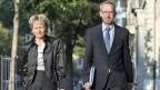 Bundesrätin Widmer-Schlumpf und Staatssekretär Ambühl auf dem Weg zur Medienkonferenz über die mit den USA erziehlte Vereinbarung zur Lösung des Steuerstreits.