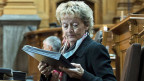 Finanzministerin Widmer-Schlumpf beim Aktenstudium in der Ständeratsdebatte zum Sparprogramm des Bundes.
