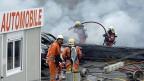 Feuerwehrleute löschen Grossbrand in Schlieren; nach ersten Erkenntnissen gab es keine Verletzten.