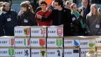 Aktivistinnen und Aktivisten reichen im Namen der Schweizer Jungsozialisten die Volksinitiative «1:12» ein, am 21. März 2011 vor dem Bundeshaus in Bern. Diese Initiative ist mit knapp 130 000 Unterschriften zustande gekommen. Archiv.