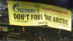 Greenpeace-Aktivisten demonstrieren gegen Gazprom bei einem UEFA Champions League- Fussballspiel zwischen der Schweiz FC Basel und FC Schalke 04 im St. Jakob-Park-Stadion in Basel am 1. Oktober 2013.