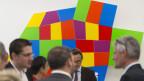 Journalisten unterhalten sich nach einer Medienkonferenz im Haus der Kantone vor einer Installation, die die Schweiz mit den Kantonen zeigt, am Donnerstag, 3. Oktober 2013 in Bern. Die Konferenz der Kantonsregierungen KdK feiert ihr 20-jähriges Jubiläum mit der Herausgabe einer Jubiläumsschrift «20 Jahre KdK».