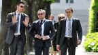 Einer der tschechischen Angeklagten, Petr Kraus, flankiert von seinen Anwälten.