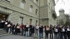 SVP-AktivistInnen bei der Einreichung der Durchsetzungs-Initiative am 28. Dezember 2012. Die nationalrätliche SPK will verhindern, dass diese zur Abstimmung kommt.