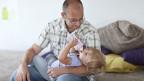 Mit dem Vaterschaftsurlaub zu einer partnerschaftlichen Rollenteilung in der Familie beitragen.