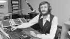 Der Gründer des privaten Lokalradios Radio ExtraBE, Matthias Lauterburg,  nimmt in der Nacht vom 31. Oktober auf den 1. November 1983 im Studio in Bern den Sendebetrieb auf.