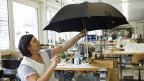 Schirmnäherin Anna d'Ascoli in der Schirmfabrik Strotz in Uznach.