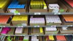 Der Schweizer Generikamarkt kann nicht 1:1 mit dem ausländischen verglichen werden. Er ist kleiner, braucht dreisprachige Beipackzettel, und die Hersteller sind - anders als im Ausland - verpflichtet, neben Tabletten auch Kapseln oder Zäpfli anzubieten. Das alles verursacht Mehrkosten.