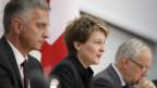 Von links: Bundesrat Didier Burkhalter, Bundesrätin Simonetta Sommaruga und Bundesrat Johann Schneider-Ammann während einer Medienkonferenz über die Volksinitiative «Gegen Masseneinwanderung» am 25. November 2013 in Bern.