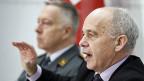 Bundespräsident Ueli Maurer (vorne) und Armeechef André Blattmann an der Medienkonferenz zum Stationierungskonzept der Schweizer Armee, am 26. November 2013 in Bern.