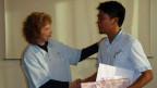 Der philippinische Pfleger Alfred Tobes nimmt Abschied im Alters- und Pflegeheim Magda in Hilterfingen am Thunersee.