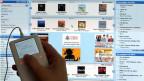 Gratis-Downloads aus dem Internet boomen. Doch denKulturschaffenden entgeht eine Menge Geld. Bild:  Eine iTunes Music Store Nutzerin lädt legal  neue Musiktitel aus dem Internet auf ihren iPod.