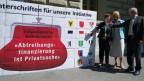 Die Initianten mit Unterschriftenbögen am  4. Juli 2011 anlässlich der Einreichung der Volksinitiative «Abtreibungsfinanzierung ist Privatsache» in Bern.