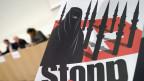 Der Bundesrat will seine Vorschläge zum Umgang mit völkerrechts-widrigen Initiativen überdenken. Plakat des Initiativ-Komitees für ein «Ja zur Minarettverbots-Initiative».