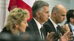 Bundesrätin Eveline Widmer-Schlumpf und die Bundesräte Didier Burkhalter und Alain Berset an der Medienkonferenz zur Europapolitik, am 18. Dezember in Bern.