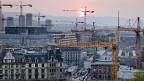 Heute wohnen fast 400'000 Leute in der Stadt Zürich, bis zu 120'000 mehr hätten noch Platz - im Prinzip. Die neue Zonenordnung lässt aber in den nächsten Jahren nur ein Wachstum von bis zu 50'000 Menschen zu.