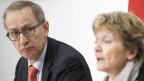 Bundesrätin Eveline Widmer-Schlumpf, rechts, spricht neben Michael Ambühl, Staatssekretär für internationale Finanz-und Steuerfragen, während einer Medienkonferenz in Bern am 5. April 2012.