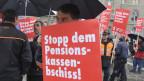 Symbolbild: Gewerkschafter des Verkehrspersonals (SEV) demonstrieren auf dem Bundesplatz in Bern gegen das Pensionskassenloch. Damit soll erreicht werden, dass die Unterdeckung der Pensionskasse der SBB saniert wird.