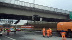 Ein mit einer Baumaschine beladener Anhängerzug kollidierte mit einer Überführung.