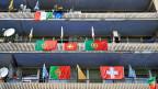 Portugiesische und schweizerische Fahnen an einem Haus in Neuenburg.