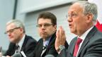 Als konkreteste Massnahmen gegen überteuerte Mietpreise schlägt Bundesrat Johann Schneider-Ammann, rechts, eine Revision  des Mietrechts vor. Bei einem Mieterwechsel soll künftig offen gelegt werden müssen, wie hoch der bisherig Mietzins war.