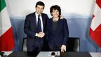 Der italienische Verkehrsminister Maurizio Lupi und Amtskollegin Doris Leuthard besiegeln den untrzeichneten Vertrag mit einem Händedruck.