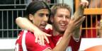 Es sein ein Zufall, dass die Kampagne rund eine Woche nach Thomas Hitzelspergers Coming-Out präsentiert werde. Bild: Thomas Hitzelsperger (rechts) und Sami Khedira beim Spiel zwischen VfL Bochum und VfB Stuttgart.