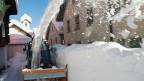 Das Dorf Bedretto wird am Freitag, 27. Dezember 2013, vom vielen Schnee befreit. Mittlerweile türmt sich der Schnee über zwei Meter hoch.