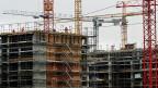 Inspektionen auf Baustellen, in Industrie-Betrieben oder im Gartenbau. Die Kontrolle, ob bestehende Gesamt-Arbeitsverträge von ausländischen Arbeitskräften eingehalten werden - das muss auch bei einem Kontingent-System weitergeführt werden. Die Frage ist, wer kontrolliert?