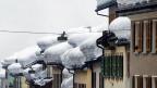 Die überdurchschnittlichen Schneemassen südlich der Alpen erhöhen die Lawinengefahr. Bild: Ein Dorf in der Leventina.