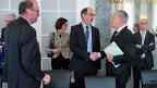 Bundesrat Schneider-Ammann begürsst Bauernverbandspräsident Markus Ritter zum Treffen in Sachen Umsetzung der SVP-Initiative.