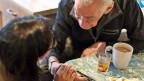 Seit Januar läuft die Testphase: 13 junge SeniorInnen kümmern sich um alte SeniorInnen - mit Erfolg,  sagt man bei der Stiftung Zeitvorsorge.