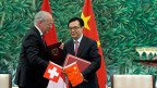 Bundesrat Johann Schnedier-Ammann mit dem chinesischen Handelsminister Geo Hucheng im Juli 2013, nach der Unterzeichnung des Freihandelsvertrages. Der Ständerat hat diesen nun abgesegnet.