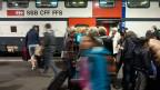 Wieviel Bevölkerung verträgt die Schweiz? Bild: Bahnpassagiere entsteigen einem Intercity-Zug im Bahnhof Bern.