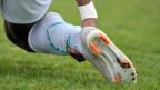 Gerissene Sehnen, verstauchte Knöchel, ausgerenkte Gelenke: Die 45'000 Fussball-Verletzungen pro Jahr schmerzen nicht nur die Kicker selbst, sondern auch ihre Arbeitgeber und Versicherungen.