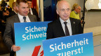 Nach dem Spiel ist vor dem Spiel. Auch an der ersten SVP-Delegiertenversammlung nach dem Ja zur Zuwanderungsbeschränkung. Bundesrat Ueli Maurer, links hinter ihm Parteipräsident Toni Brunner.