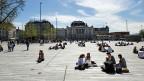 Der neue Sechseläutenplatz: Die Aufforderung an die Bevölkerung, sich den grossen Platz mit dem grauen Steinbelag zu eigen zu machen.