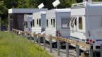 Mehrere Wohnwagen stehen im Durchgangsplatz für Fahrende im Schachen in Aarau im Juni 2012.