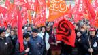 Streikende Staatsangestellte am 5. Dezember 2012 vor dem Regierungsgebäude von Bellinzona. Die Protestierenden wehren sich gegen geplante Lohnkürzungen.
