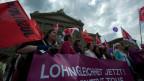 Demonstrantinnen fordern mehr Lohngleichheit am 14. Juni 2011 am Frauenstreiktag auf dem Bundesplatz in Bern.